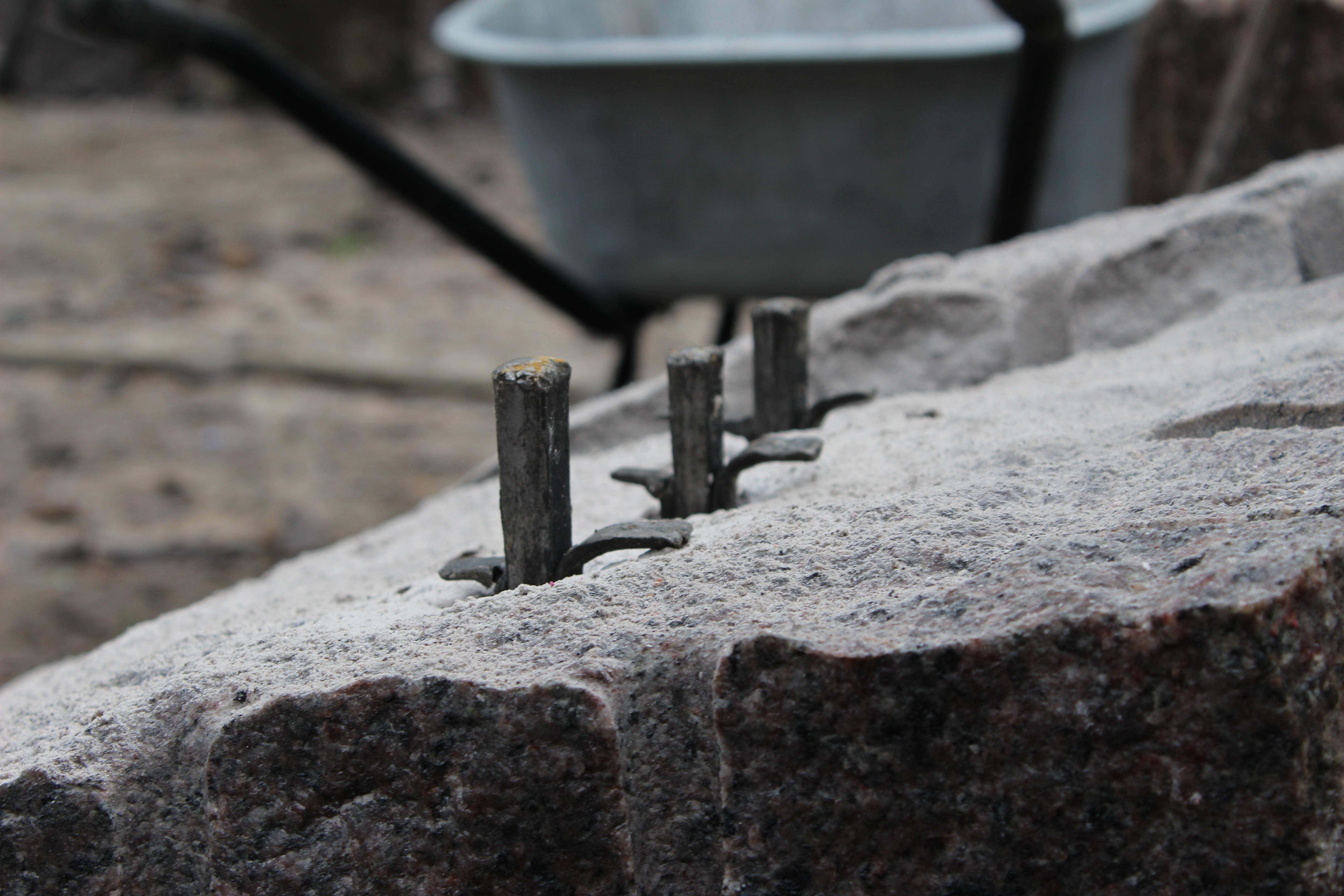 Flækning af granitblok med kiler